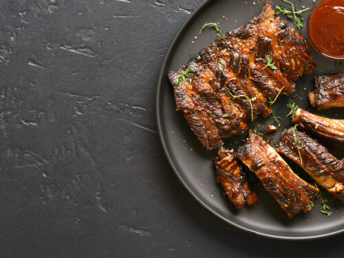 Close,up,of,spicy,grilled,spare,ribs,on,plate,over
