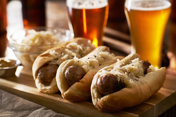 Three,german,bratwursts,and,sauerkraut,with,beer